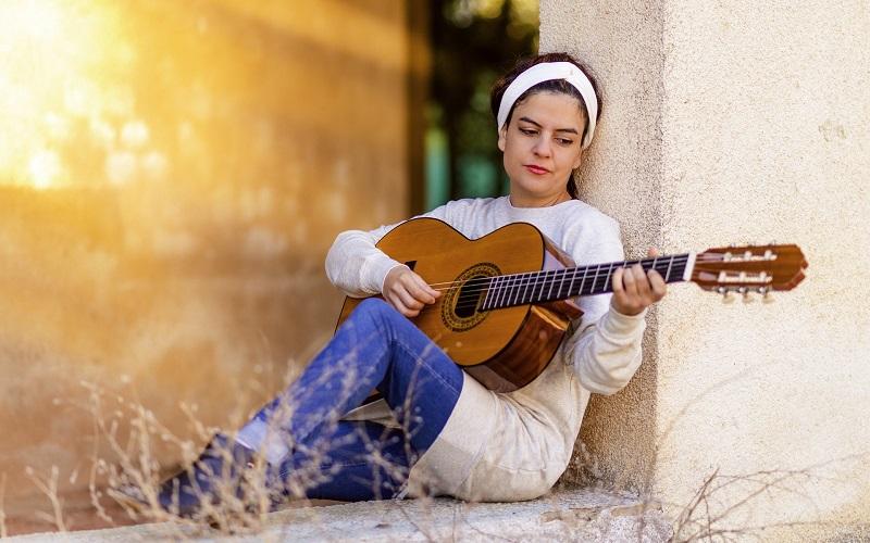 Vrouw met gitaar Spanje privéles