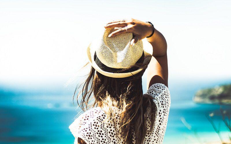 Vrouw bij oceaan - vakantiecursus
